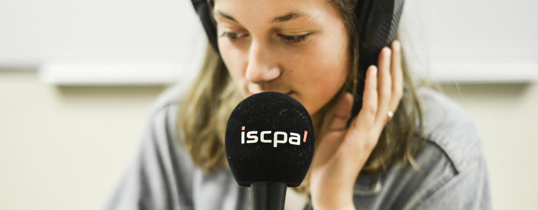 Elève au micro du studio de l'ISCPA